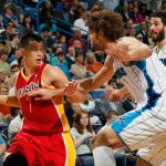 Jeremy Lin maneuvers around Robin Lopez and Greivis Vasquez of the New Orlean Hornets