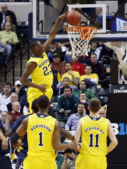 Lavert dunks for Michigan as Glenn Robinson and Nik Stauskas look on
