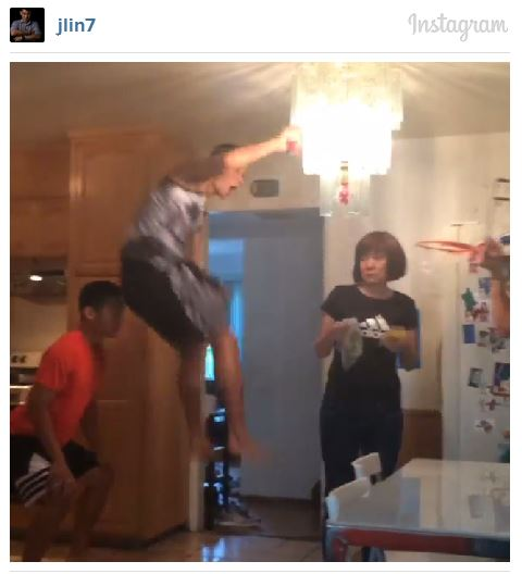 Jeremy Lin ruthlessly posterizes his own mom